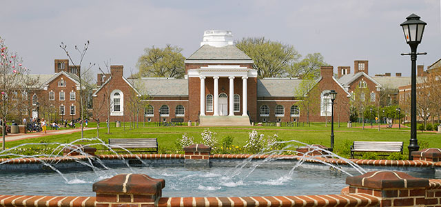 Picture of University of Delaware Memorial Hall and fountain